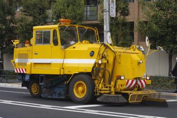 2017年4月21日 お昼、高田馬場駅近くの新目白通り、道路の掃除係の自動車でしょうか。