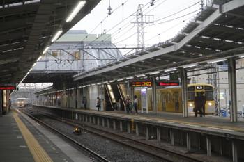 2017年4月22日 16時58分頃、小手指、1番ホームで発車を待つ2089Fの回送列車と出庫し3番ホームへ入る10105Fの回送。