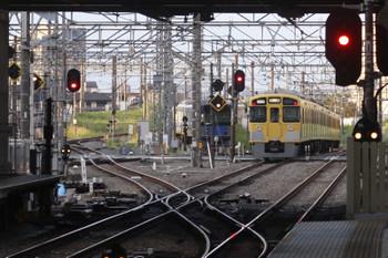 2017年4月28日 5時30分頃、所沢、通過した2053Fの新宿線上り回送列車と空いている東側の電留線。