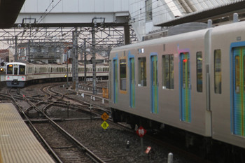 2017年4月29日 18時14分頃、所沢、発車した2004レ(左)と到着した40101Fの403レ。