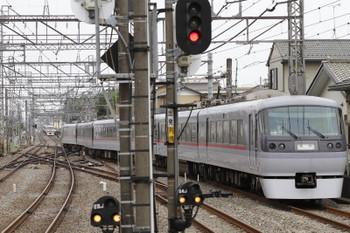 2017年5月12日 14時40分頃、西所沢、1番ホームから発車した10102Fのドーム92号と、その通過を待つ10105Fの下り回送列車。10102Fの奥には20151Fが止まっています(6173レになりました)。10105Fはこの後 1番ホームへ入り、2番ホームに20152Fの5359レ到着と後に発車。