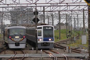 2017年5月12日 17時47分頃、所沢、10103Fの下り回送列車と6103Fの上り回送列車(16M)。