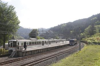 2017年5月5日 8時18分頃、吾野、2番ホームを通過する10109Fの72レ(右)のために、通常は上り列車が着発する1番ホームで停車の4001F+4023Fの1001レ。
