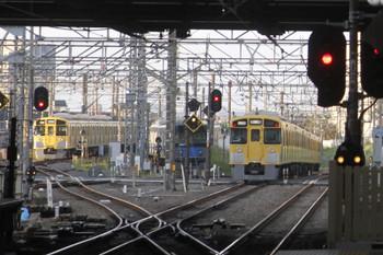 2017年5月5日 5時30分頃、所沢、2番ホームを通過した2051Fの新宿線上り回送列車(右端)と珍しく9000系が寝ている電留線(W)。