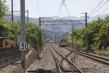 2017年5月20日 12時15分、御花畑~西武秩父、4023Fの回送列車(左)と三峰口ゆき1523レ。