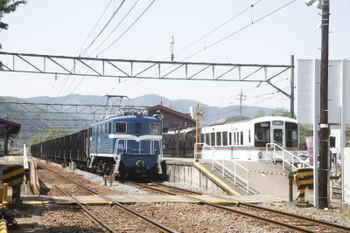 2017年5月20日 13時25分頃、長瀞、2番ホームを通過する下り貨物列車と4023Fの回送列車。