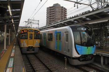 2017年3月12日 17時24分頃、右が到着した40101Fの下り回送列車。左は2416F+2071Fの2164レ。