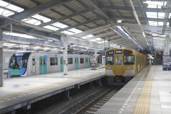 2017年5月20日、飯能、発車したS-TRAINの402レと2079Fの5013レ。
