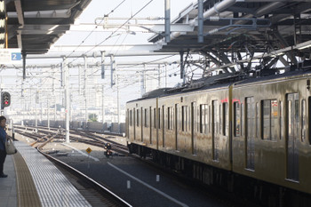 2017年5月30日 6時5分頃、石神井公園、3番ホームに停車中の2063Fの回送列車と6番線への入線許可を示す入換信号(標識?)。