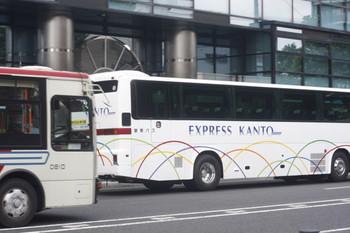 2017年6月9日 12時26分ころ、高田馬場駅近くの新目白通り、都心方向へ並んで向かう関東バスの高速バスと一般バス。