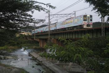 2017年6月17日、仏子~元加治、4009F(52席)の上り列車が入間川を渡っていきます。