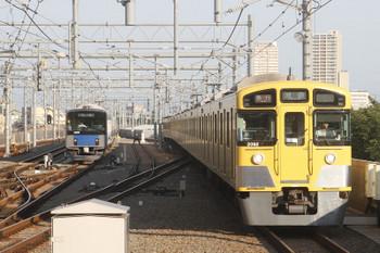 2017年6月17日、石神井公園、6番線で待機する20151F(左)と2091F+2461Fの2102レ。
