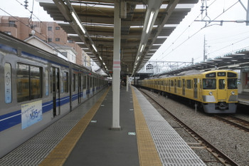 2017年6月18日、保谷、早朝の所沢駅に並んで寝てた6153Fと2063Fが再び保谷駅で並びました、6153Fの4111レと2063Fの5302レ。
