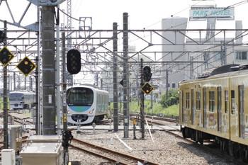2017年7月9日 12時12分ころ、所沢、10000系が入った電留線(左奥)と2007F(台湾)の新宿線 上り列車など。