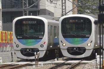 2017年7月20日、高田馬場~下落合、30102Fの2332レ(左)と30105Fの2323レ。