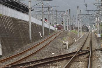 2017年5月27日 11時29分頃、西武秩父(御花畑駅近くの踏切から)、影森駅からELに牽引されて西武秩父駅へ入るSL列車の回送。左側の上り坂の線路が西武鉄道と秩父鉄道を結ぶ連絡線です。