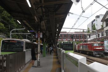 2017年7月28日、原宿、JR東日本のE231系・E235系とJR貨物EH500牽引の3086レ。