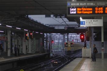 2017年8月16日 5時30分ころ、所沢、2047Fの新宿線・上り回送(手前)と6107Fの池袋線・上り回送(奥)。