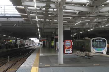 2017年8月19日 9時33分ころ、所沢、4番ホームから発車した38105Fの上り回送列車(左奥)と38112Fの5107レ。