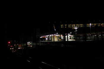 2017年9月18日 20時23分ころ、西武秩父、駅横の連絡線を秩父鉄道へ向かう4021Fの回送列車(中央左)。