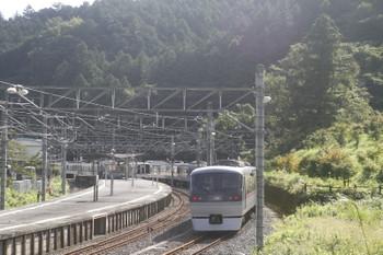 2017年9月19日 8時50分ころ、吾野、10102Fの18レ(右手前)が待つ吾野駅へ到着する4011Fの5015レ。