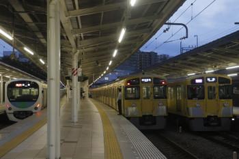 2017年10月1日、入間市、左から着発ホーム変更の2153レ(38111F)・同窓会電車(2083F)・1002レ(2077F)。