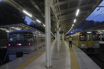 2017年10月1日、入間市、到着する10110Fの25レ。同窓会電車はまだ側扉が開いています。