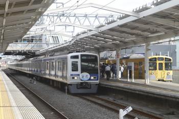 2017年10月1日 13時31分ころ、清瀬、4番ホームに停車中の「同窓会電車」と3番ホームを通過する6153F(Nack5)の1809レ。