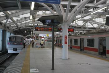 217年9月16日 10時12分ころ、石神井公園、臨時停車した10102Fの臨時特急「ちちぶ91号」。右は東急5154Fの6809レ。時刻表上も乗り換え可能でした。