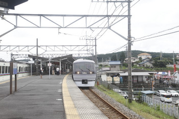 2017年9月23日 11時42分ころ、高麗、1番ホームを通過する10106Fの下り回送列車。左は4013F+4001Fの上り回送列車。