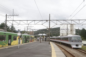 2017年9月23日 11時57分ころ、高麗、ホームのない線路へ到着した10110Fの上り特急(右)と20158Fの5023レ。
