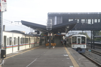 2017年9月19日 6時32分ころ、西武秩父、4003F+4005Fの5003レ(左)と発車を待つ三峰口駅始発4017Fの6002レ。
