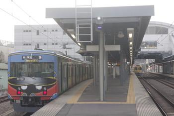 2017年9月11日、東長崎、2102レを臨時に4番ホームで待避する20158Fの5204レ(左)。