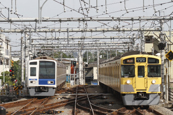 2017年9月19日 14時38分ころ、飯能、6109Fの上り回送列車(左)と9107Fの2147レ。