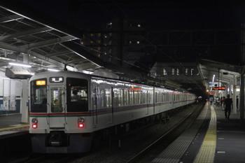 2017年9月24日 18時6分ころ、西所沢、左が4番ホームで発車を待つ4007F+4023Fの2004レ。1番ホームから先発した20101F・快速 池袋ゆき7070レのテールライトが奥に見えます。