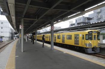 2016年10月30日 10時48分ころ、東長崎、4番ホームに停車する4009Fの上り回送列車(左奥)。