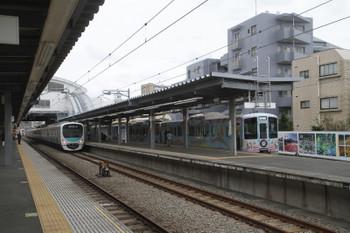 2016年10月30日 11時9分ころ、東長崎、1番ホームで通過列車を待つ4009Fの下り列車(右)。