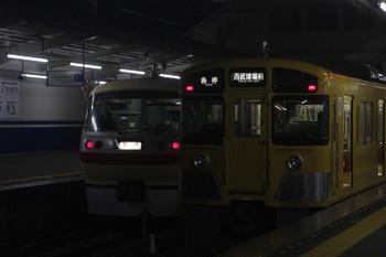 2017年10月6日 19時49分ころ、西所沢、1番ホームから発車する10105Fの「ヱビスビール特急」。