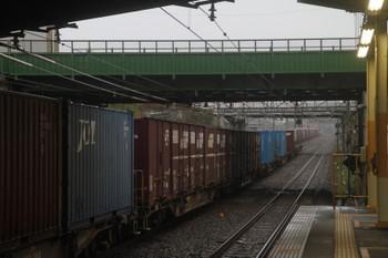 2017年10月15日 7時21分ころ、新秋津、2本のコンテナ貨物列車。