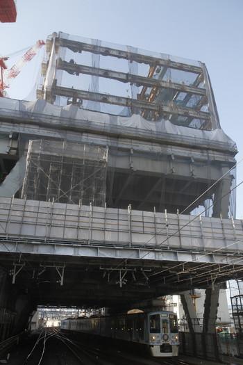 2017年10月9日 7時42分ころ、池袋、ビル工事が進む池袋駅へ送り込み回送の4009Fが到着。