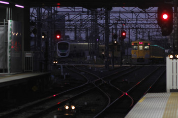 2017年10月9日 5時30分ころ、所沢、2027Fの新宿線・上り回送列車(右)と珍しく所沢駅で夜間滞泊した30000系10連(左)。
