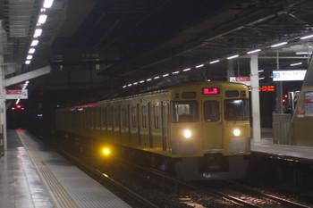 2017年10月16日 5時30分ころ、所沢、2番ホームを通過する2027F。