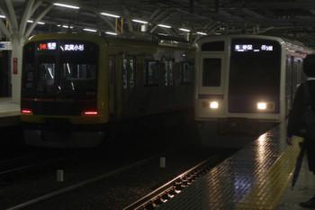 2017年10月19日、石神井公園駅、3番ホームの東急4010F・各停 武蔵小杉ゆき6814レと6113Fの6387レ。