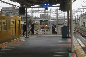 2017年10月20日 16時5分ころ、ホーム停車中の列車に20メートルほどの間隔で迫る出庫の回送列車。