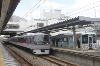 2017年11月19日、東長崎、10111Fの20レを待避する4009Fの上り回送列車。