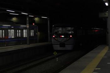 2017年12月22日 23時33分ころ、ひばりヶ丘、4番ホームの6105Fの上り回送列車と追い抜く10103Fの60レ。