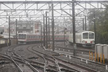 2017年10月21日 12時2分ころ、所沢、東急5050系の1708レと並んで発車した、新秋津駅へ向かう1253F+263F。