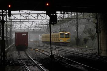 2017年10月22日 11時56分ころ、新秋津、入換中の西武263Fと西国分寺方へ向かうコンテナ貨物列車。