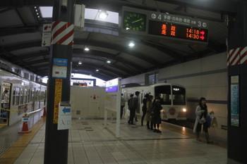 2017年10月29日 14時10分ころ、武蔵境、3番ホームに到着する1241Fの184レと展示中の1253F。