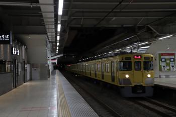 2018年1月8日 5時30分ころ、所沢、2番ホームを通過する2027Fの上り回送列車。